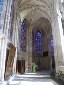 Saint-Julien-du-Sault, collegiate church of Saint-Pierre, north aisle and ambulatory. Photo: Author.